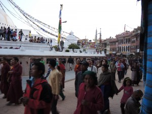 Hverdagslivet ved Stupaen i Boudha en vanlig lørdags ettermiddag.